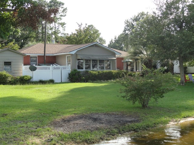 1081  Waters Edge Dr Summerton, SC 29148