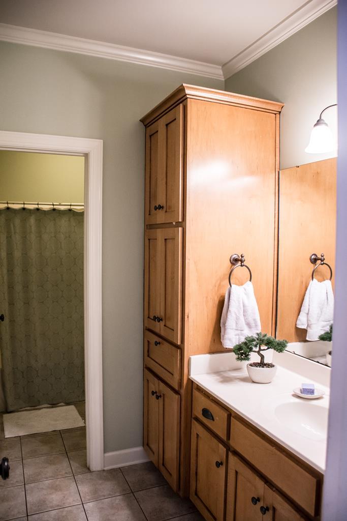 2 Bathroom/Hall Bathroom