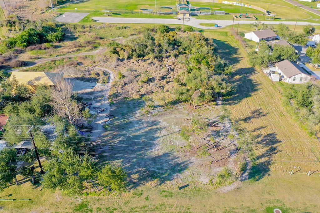 Perfect city lot cleared for you to build your dream home and Love Where You Live in the city of Rockport! Convenient located near Memorial Park, Tiger sports fields, post office and easy access to the 35 Bypass. Lot 710 E Linden is also for sale.