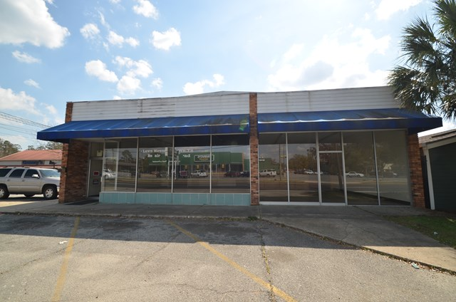 Top location for a high traffic count business.  If you are looking for visibility for your retail space,  the front of this updated building can fit your need.   The warehouse space can be accessed through a 8' X 8' roll up door or interior access.  Ceiling height in retail space = 12', Ceiling height in warehouse = 17'. Two 8' Roll Up Doors.   Ample parking for customers and handicap access.