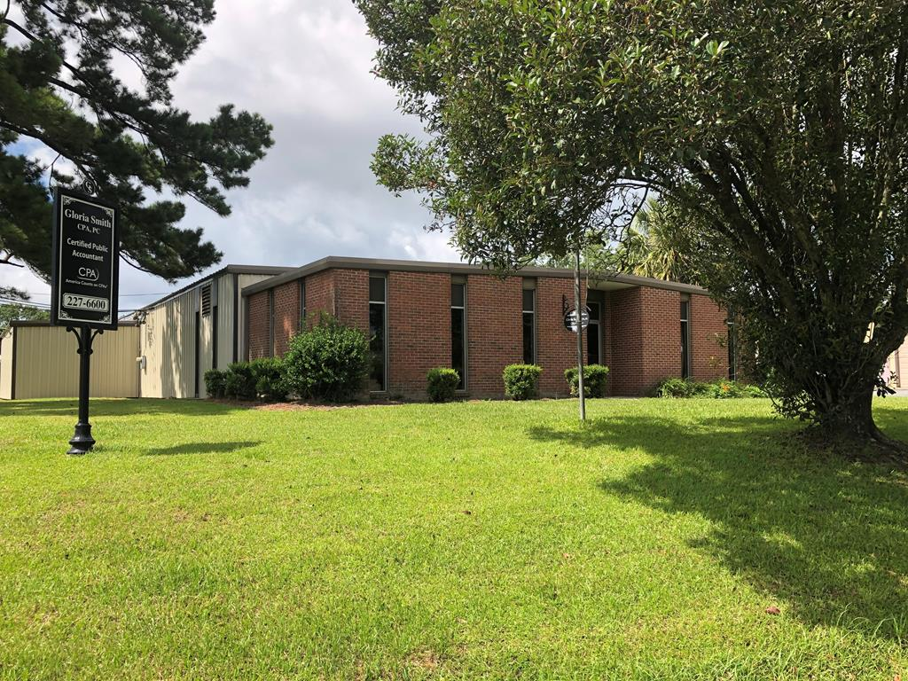 Super Warehouse Space This property has many possibilities. Plenty of warehouse space, loading docks, 3 separate offices spaces. 30,000 + warehouse space with 20,000 of overhead sprinkler system. Sufficient electric power for most any type of equipment. Convenient Location.