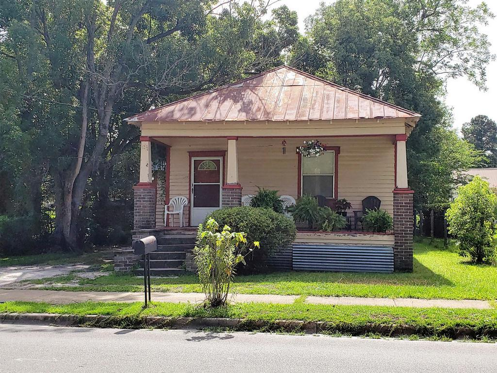 Investors take a look at this 2-bedroom 1 bath fixer upper.  This historic home features high ceilings and has lots of potential.  Close to downtown, schools and hospital. Utilities are still on.