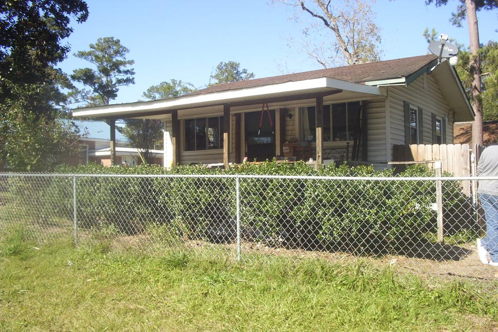 This 20 x 20 building used to be a hair salon and has no better exposure in Quitman !   400 SF frame building with vinyl siding, currently fenced with additional lot that goes to the next street. Currently rented as one BDR, 1 bath kitchenette for $350 per month. This could work for any business that needs exposure and plenty of parking.Why pay rent when you can have a business of your own for this low price! All city utilities!