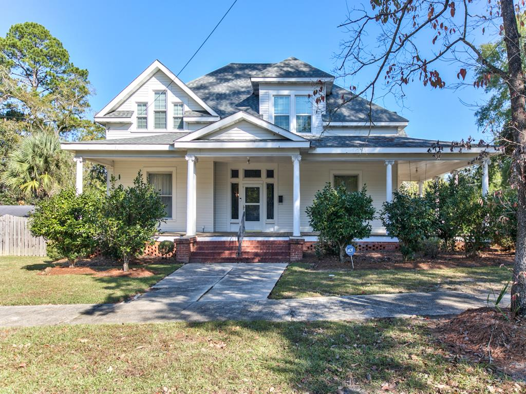 Beautifully maintained Victorian home in the heart of Historic Downton Quitman!!!