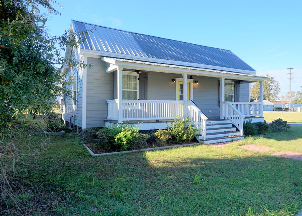 Charm galore in Victoria Park!  This completely renovated one bedroom, one bathroom cottage is steps away from the Ritz Amphitheater, Archbold Hospital, Paradise Park and dining and shopping in beautiful downtown Thomasville.  Pack your bags because this one is move in ready and priced to sell!