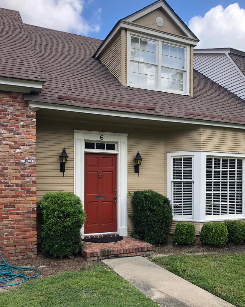 Beautiful condo in downtown Thomasville - walking distance to shopping and dining.  This three bedroom, two bath home features a spacious living/dining room combo and a downstairs master suite that opens onto the covered patio.  Fresh paint throughout, beautiful floors and lots of closet space.  Move in ready.  Make an appointment today!