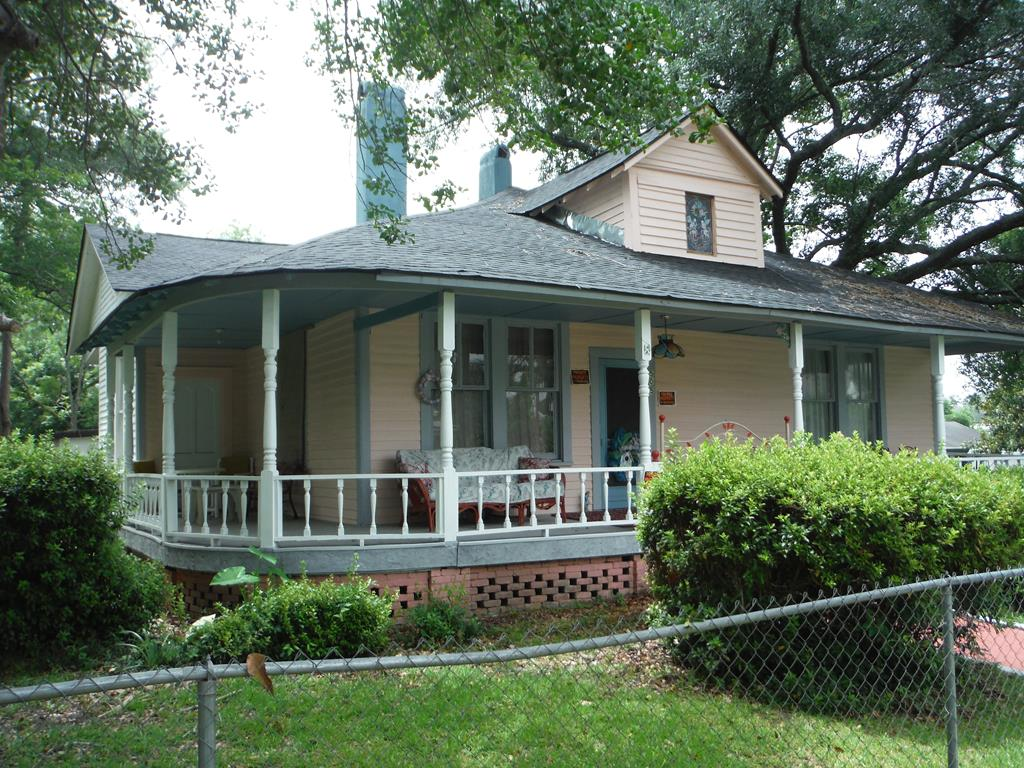 """If you are Looking for a Beautiful home at great price, look no further! This home was Built in 1910 and is currently sitting on a corner lot in the Heart of Quitman. Its 3 Bedrooms 1 Bath 1460 Sq. Ft. The Roof is Approximately 2 years old. You don't Want to miss out on this one!! SELLER WILL PAY SOME OF BUYERS CLOSING COST. Owner says to """"Bring an Offer"""" !"""