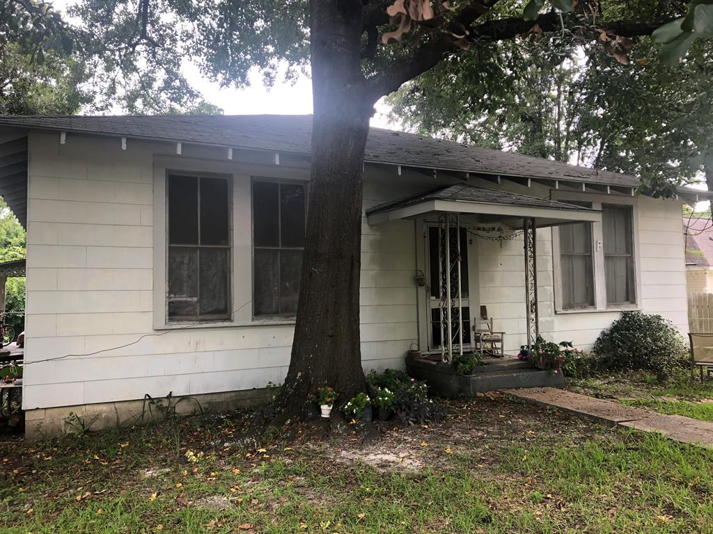 Walk to downtown Thomasville, McIntyre Park or the Center for the Arts.  Home needs some TLC, but could be a great opportunity for investment property or someone looking to enjoy all the area has to offer!