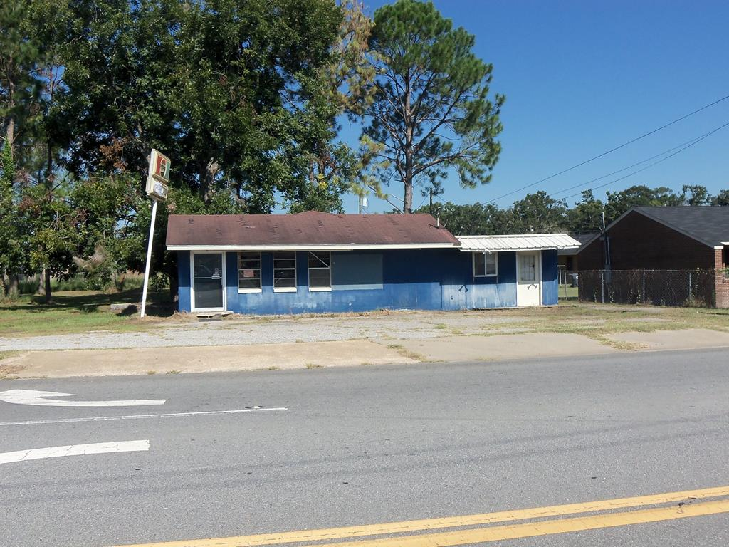 This commercial building was a fish market but could be used for many different businesses.  The location at the corner of Oakland Avenue and Ga Hwy 37 is a prime spot for any business.  Some equipment is available, Building does need repairs.