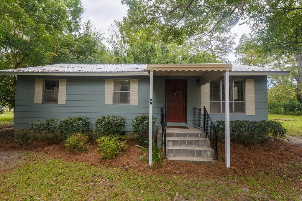Well maintained home in beautiful Dixie, GA.  Home has hardwood floors and newer metal roof.  Don't miss this great home!