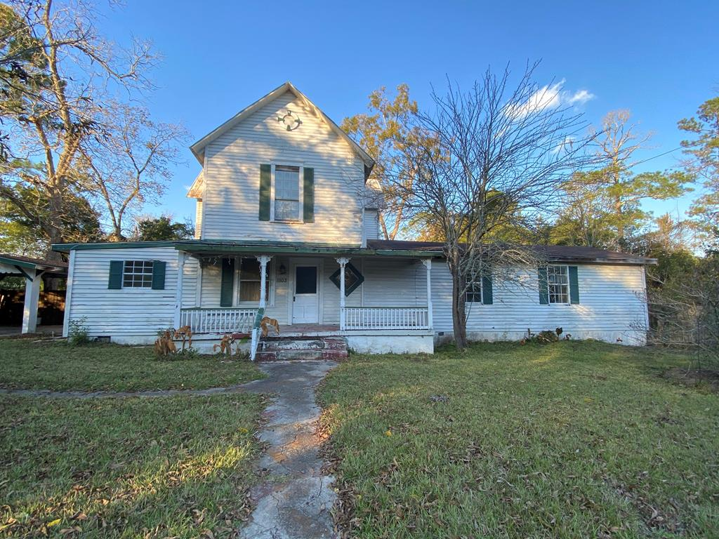 Great home with lots of potential.  Bring this historic home back to life.....priced to sell!!!!    Home includes large downstairs master suite with garden tub and separate shower.