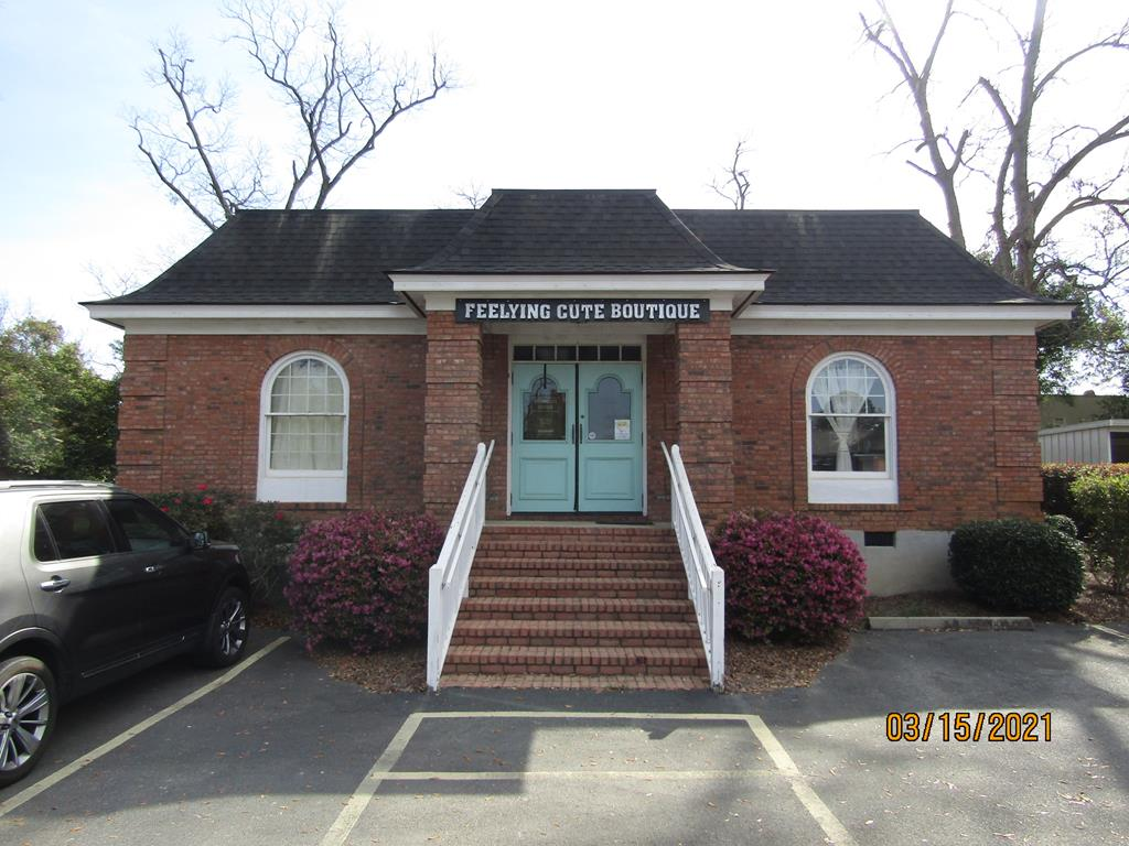Building for sale. Great location for an insurance company, a doctor's office or a retail store. The building has 5 rooms that would be excellent for offices or retail spaces. The building also has a bath and a half as well as a kitchen. This is a must see. Building has been remodeled with hardwood floors and a new roof. The building is also handicap accessible.