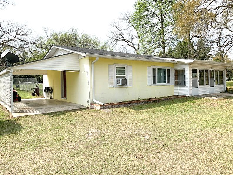 Cute Cottage in Pavo only 17 miles from Thomasville. Block home on large corner lot. Large living room with natural wood ceilings. Two bedroom, one bath, kitchen and breakfast/dining room. Sun porch on the front and side. 8x10 storage building out back. New Roof and gutters in 2018.