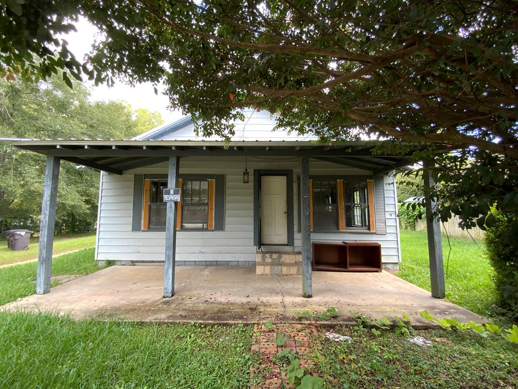 Investor Special near downtown Cairo.  This 2 bedroom, 1 bath home is situated on almost 1/2 of an acre and is only a couple of blocks from shopping, dining, and recreation.  Minutes from Grady General and Cairo High School.  Some hardwood flooring through out, kitchen/dining combo, and cute lot.  Call today to schedule your personal tour.