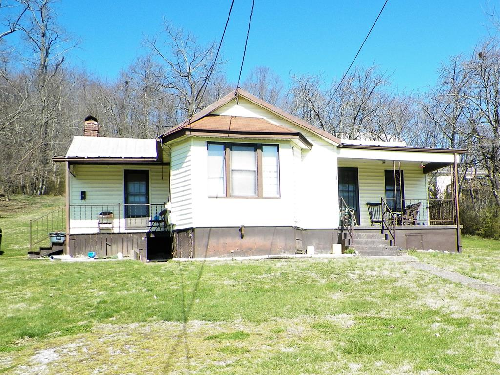 3 BR, 1 BA HOME IN THE HEART OF WYTHEVILLE, CLOSE TO SHOPPING, SCHOOLS & MEDICAL FACILITIES.  GIVE THIS LITTLE GEM SOME TLC AND IT WILL SHINE AGAIN INTO A GREAT STARTER HOME, RENTAL OR RETIREMENT COTTAGE