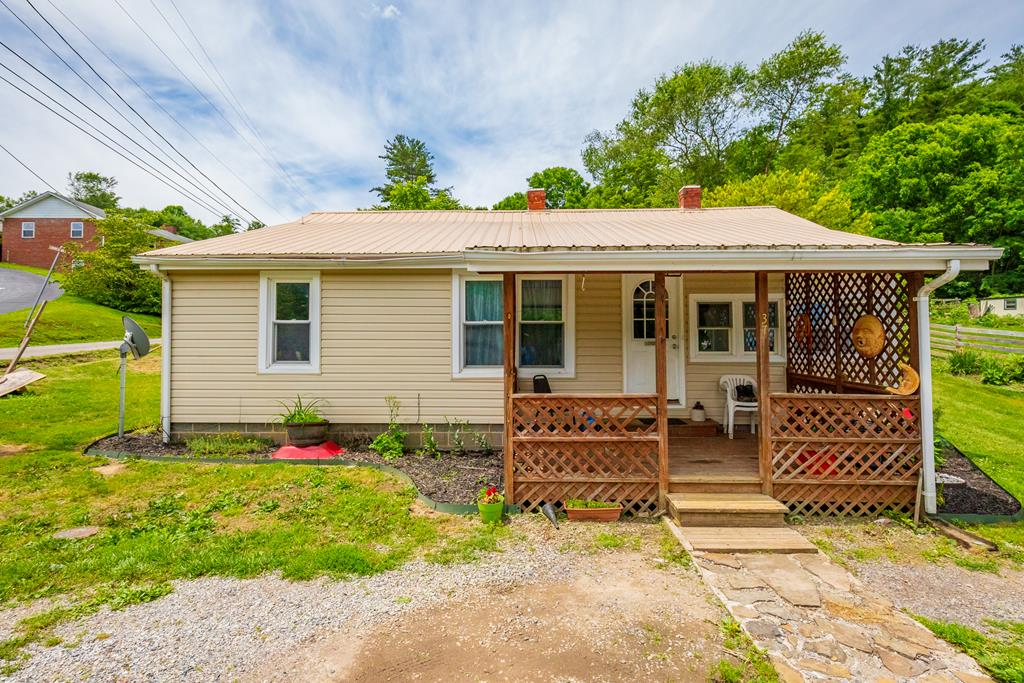 Great investment opportunity in downtown bland. Just minutes away from the court house and I-77, this 3 bed 1 bath property would an ideal rental or starter home. With 1440 sq ft sitting on an over sized 1/2 acre lot, this is the perfect pick up. Priced THOUSANDS below tax assessment, make sure to set up your showing today because this one is going fast!