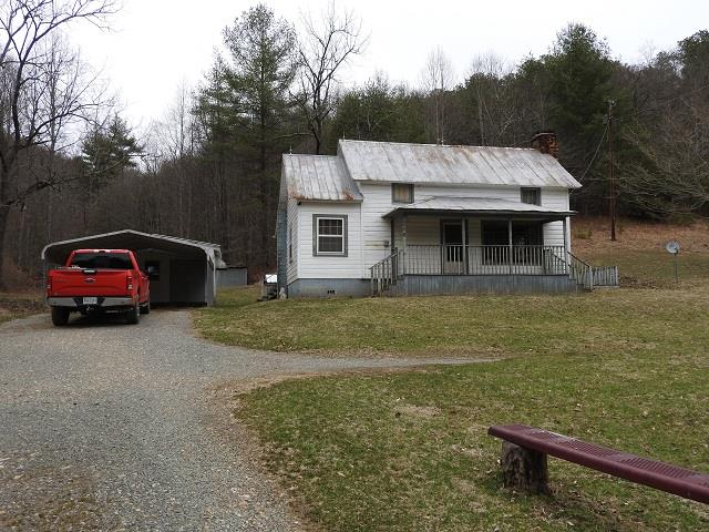Perfect 2 bedroom, 2 bath get away home sitting on 2 acres tucked in the mountains with lots of wildlife and within walking distance to public boat ramp on the New River.
