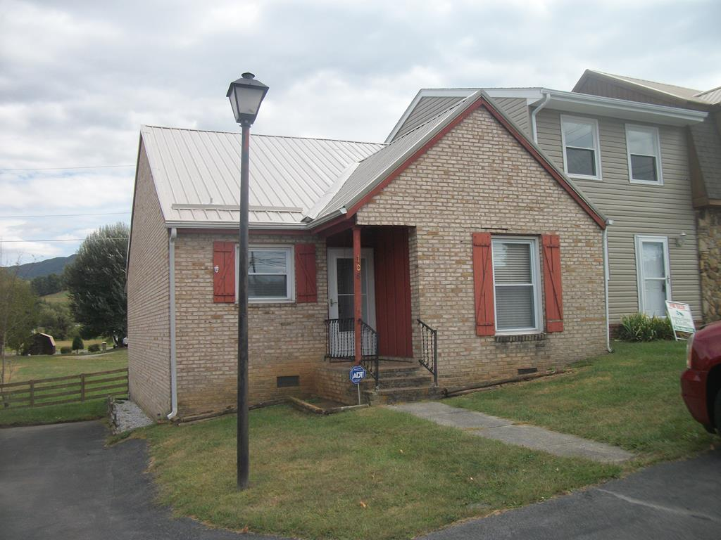 THIS 2 BEDROOM 1.5 BATHROOM TOWNHOUSE OFFERS COMFORTABLE LIVING IN A GREAT LOCATION! SPACIOUS LIVING ROOM, EAT IN KITCHEN THAT HAS BEEN UPDATED!  BEAUTIFUL MOUNTAIN VIEWS AND PROPERTY BOARDERS CLINCH RIVER! UNIT IS IN WALKING DISTANCE TO YMCA, HOSPITAL, DOCTORS OFFICE, RESTAURANT AND SHOPPING!
