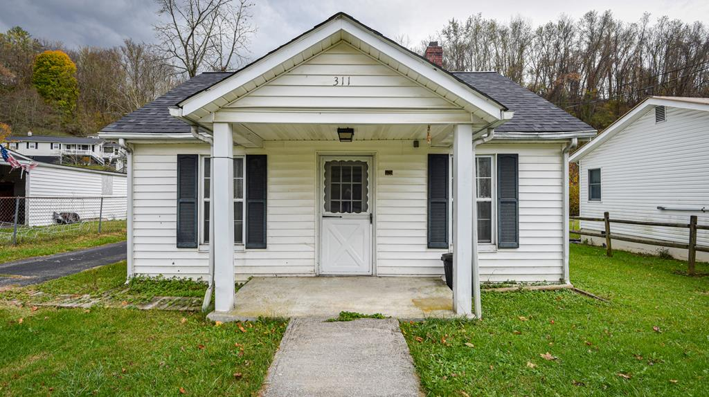 If you are looking for one-level living at an affordable price, look no further!  This cozy cottage in Tazewell features 3 bedrooms and 1 bath.  With a new roof, newer paint and flooring, it is move-in ready!   This little gem would be a great starter home!  Come see it today!