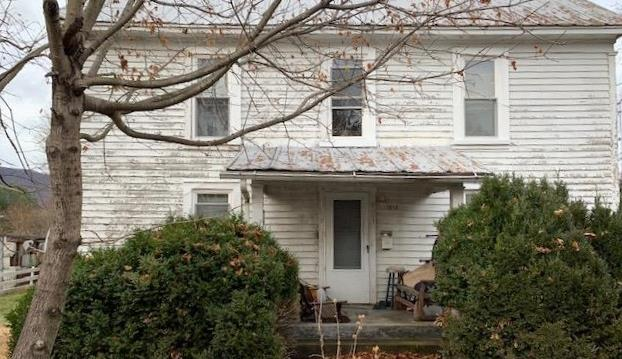 CHECK OUT THIS 4 BEDROOM, 2 BATH, 1388 SQ. FT. 1900'S HOME CENTRALLY  LOCATED IN NARROWS, VA.