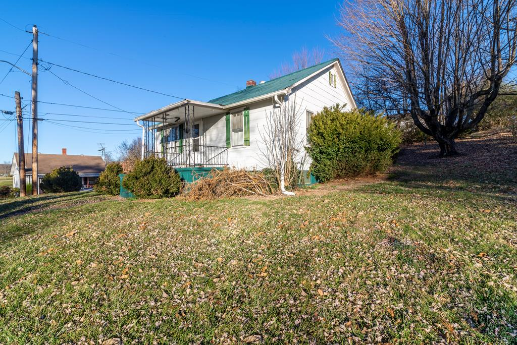 With some TLC,  this is the perfect fixer upper! Right in the middle of Abingdon Va, you are just seconds from many restaurants and stores. Home is being sold as is, buyer and buyers agent are to verify all information. There is a small lot behind the house thats included.