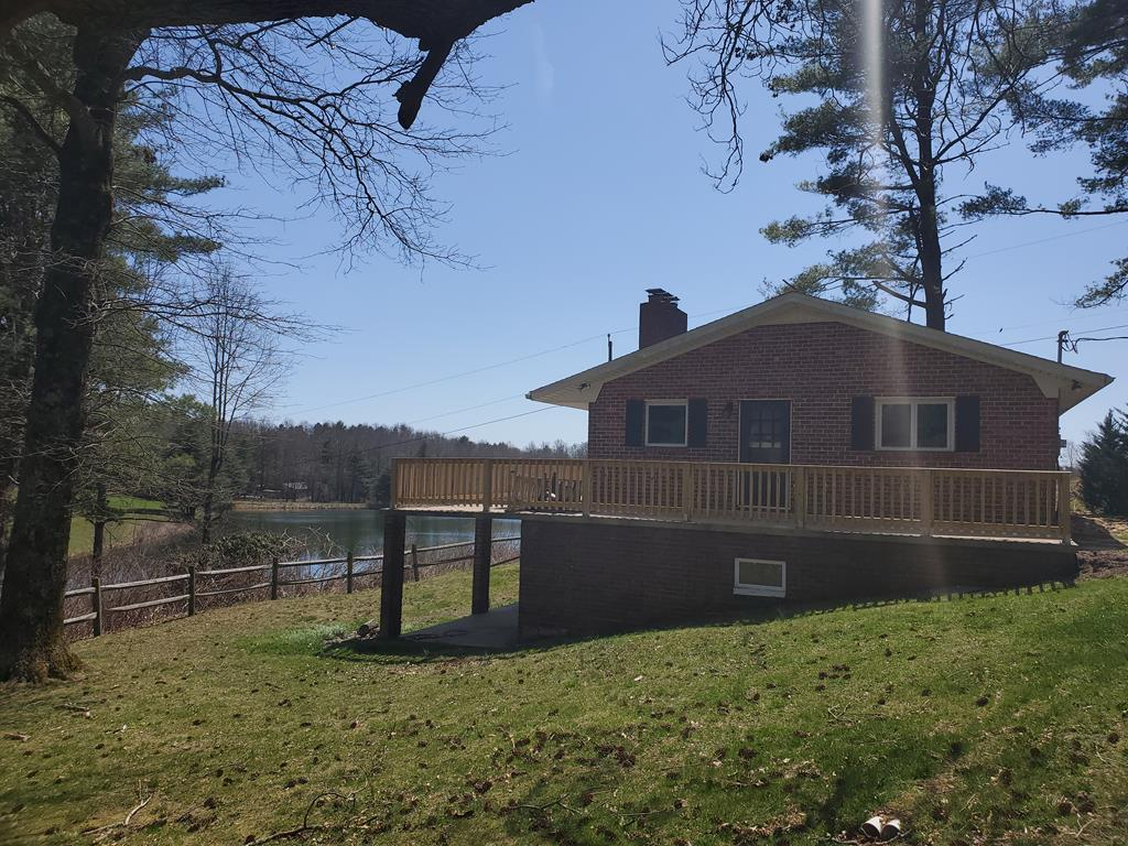 A VERY RARE OPPORTUNITY AT SKYLAND LAKES GOLF COURSE.  THIS HOME HAS BEEN UPDATED TO INCLUDE NEW KITCHEN (GRANITE),NEW KITCHEN CABINETS, NEW BATH ROOMS , NEW STAINLESS APPLIANCES, HARDWOOD FLOORS, NEW CARPET.   THIS IS A MAINTENANCE FREE BRICK HOME WITH 2 FIREPLACES, OVERLOOKING 3 LAKES LOCATED OFF OF HOLE #1. THIS HOME HAS GREAT RENTAL INCOME. HOME HAS BEEN RENTED FOR 4 YRS.