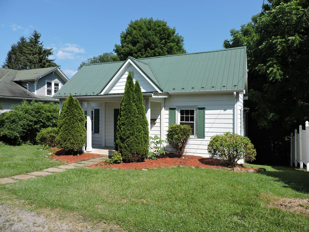 Great Location. Minutes form downtown Marion, Hospital,& Shopping.. Metal Roof. Large Laundry room/Pantry. Cabinet.