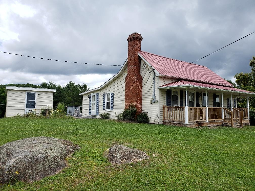 Nice 2 bedroom 1 bath farm house in Independence! This is the perfect start up mini farm or a great weekend getaway!