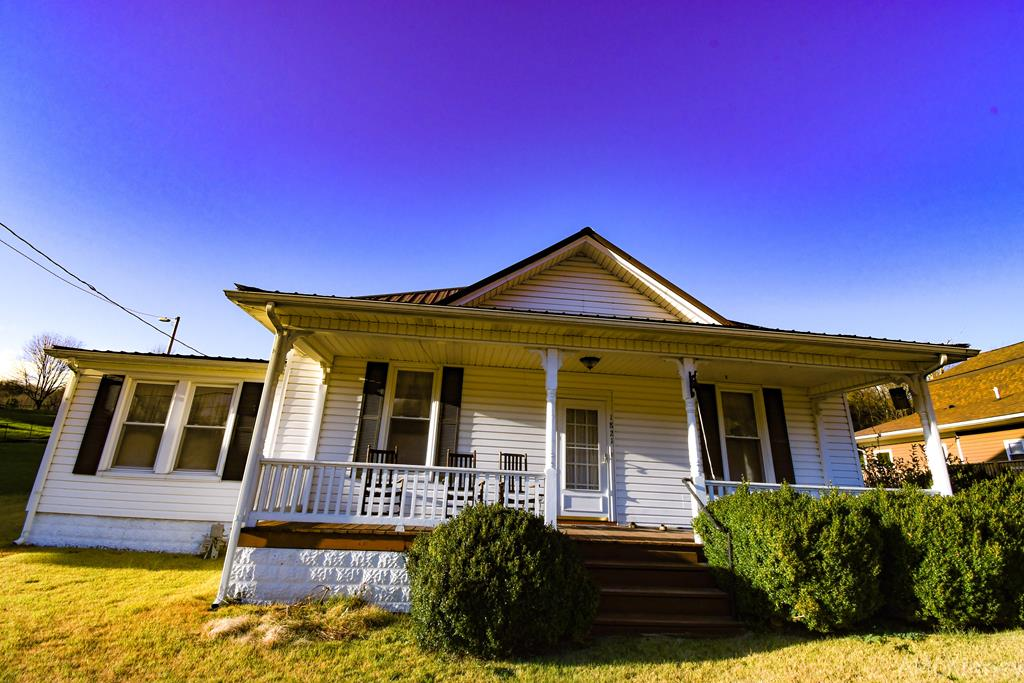 BEAUTIFUL ONE LEVEL HOME; WOULD B A PERFECT STARTER HOME. COMES MOSTLY FURNISHED;