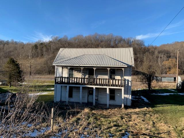 4 BEDROOM, 1 BATH, 2008 SQ. FT. FARM HOUSE. PROPERTY FEATURES, HARDWOOD FLOORS, ENCLOSED PORCH, FORMAL DINING ROOM, LAUNDRY ROOM ON AN ESTIMATE 0.30 ACRES. BRING THIS HOME BACK TO IT'S GLORY DAYS.