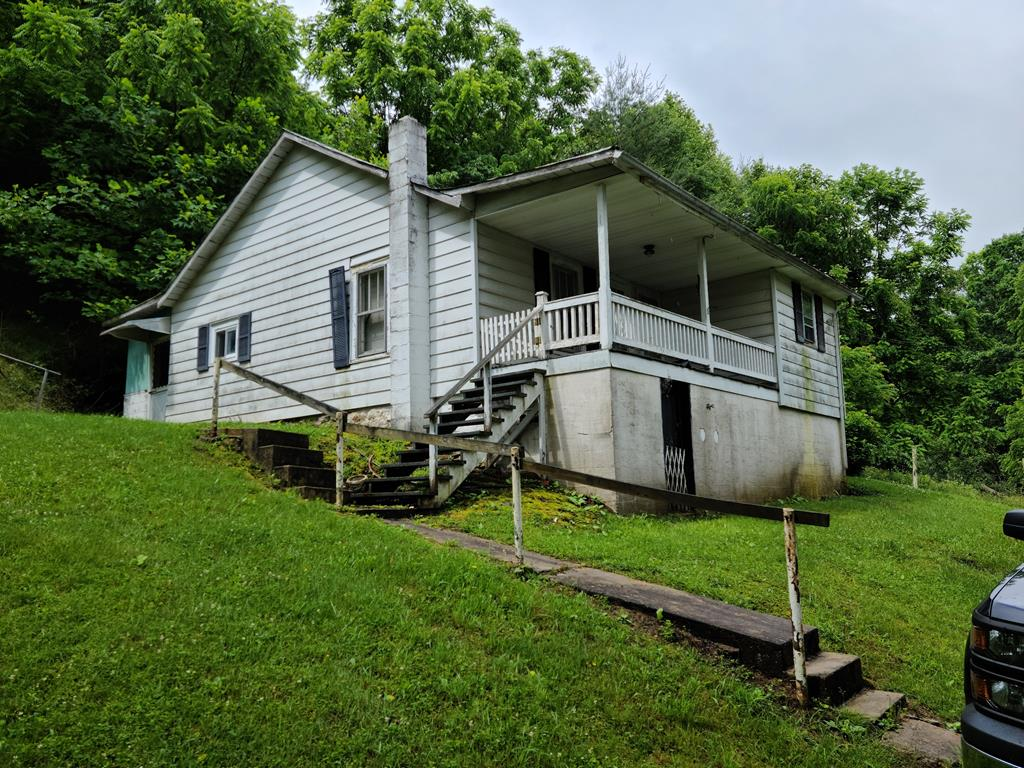 Here's a fixer upper on 1.5 acres  that has lots of potential!  Located near the beautiful Clynch Mountain Recreational area and Little Tumbling Creek.  Turn it into you mountain getaway or rental property!  Come enjoy the peace and quiet and plentiful wildlife!